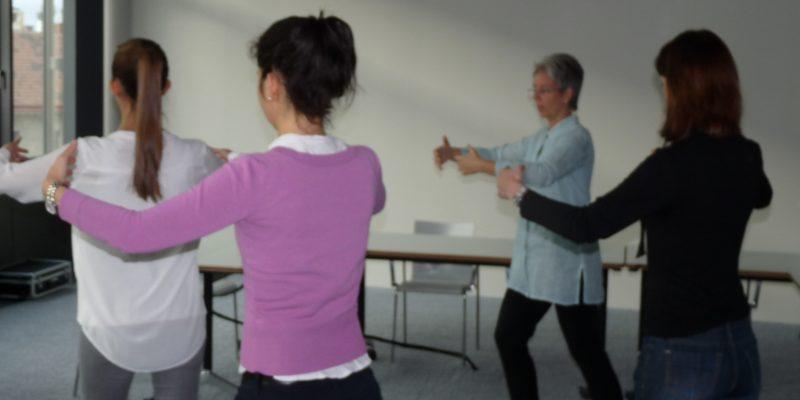 Frauen stehend im Kreis beim Qigong; im Büro, Besprechungszimmer,