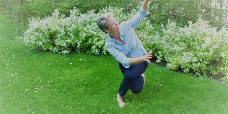 Jasmin Reichel knieend in Gras im Volksgarten