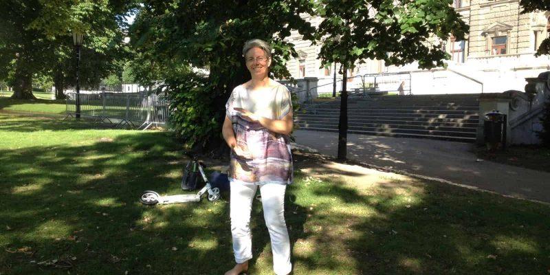 Jasmin reichel stehend im Burggartenbeim Qigong üben